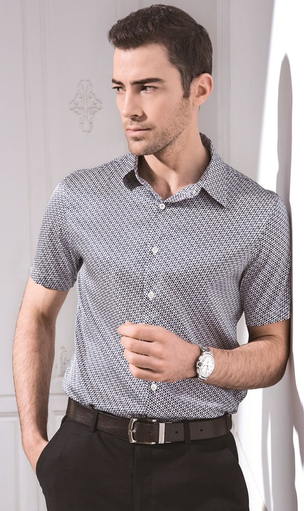 Silke kortærmet skjorte i 100% silke kokon. Stoffet er strikket silke, som er utrolig smuk og behagelig at have på.  En alsidig, silke kortærmet skjorte fremstillet i 160gsm silke til letvægts komfort og afslappet stil.