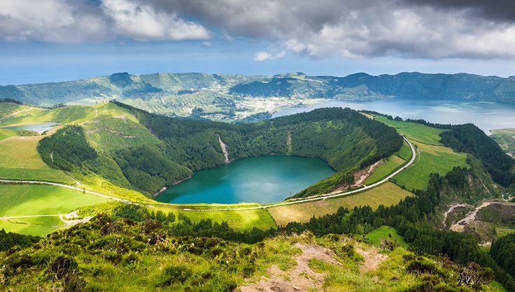Les Açores au Portugal via Shutterstock Ces îles d'origine volcanique bénéficient d'un relief impressionnant, comme le volcan Ponta do Pico qui a une altitude de 2 351 mètres. Il est ainsi le point culminant des Açores, et du Portugal même. Recouvertes d'une végétation verdoyante qui contraste avec le bleu lumineux des lacs, ces îles sont d'une beauté sauvage à couper le souffle. Les habitants qui y vivent exportent des produits agricoles et laitiers, ainsi que ceux issus de l'industrie…