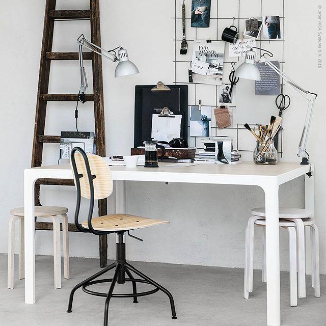 Sparka igång höstens kreativa projekt med en #BEKANT. Det rymliga konferensbordet med samma namn har dold sladdförvaring under ett lock i mitten! Nya stolen #KULLABERG bryter av fint med sin äldre industristil.