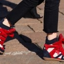 Já ouviu falar nos wedge sneakers? Febre entre as celebridades, o modelo de tênis alonga alguns centímetros da silhueta com conforto e estilo.