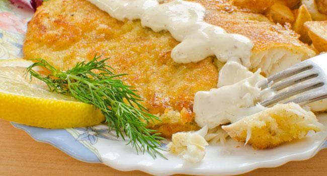 Delicioso prato com filé de merluza acompanha molho cremoso de mostarda e rende cerca de 4 porções. Leia também: Receita de filé de peixe ao molho 4 queijos Iscas de peixe empanado no creme de cebola e biscoitos Confira 8 receitas com bacalhau Ingredientes 500g de filé de merluza 2 ovos 1 colher (sopa) de aze