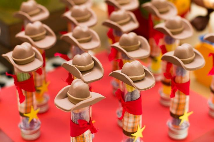 Detalhes das balinhas em tubinhos na mesa do bolo com tema Toy Story para dois meninos