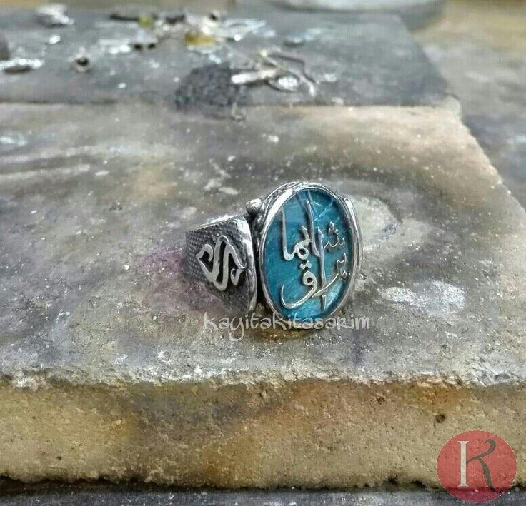 """Kayı Takı Tasarım olarak yüzüklere farklılık getirmeye devam ediyoruz.. Turkuaz zemin üzerine""""ŞEYMA BURAK"""" yazılı yüzüğümüzün sağ ve sol tarafında ise semerkand logosu bulunmaktadır. Abimizin iyi günlerde kullanması temennisyle..  BİZİ TERCİH ETTİKLERİ İÇİN KENDİLERİNE TEŞEKKÜR EDERİZ ✨ BİLGİ VE SİPARİŞ İÇİN WHATSAPP 0554 512 76 94"""