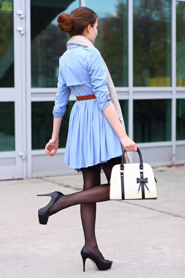Błękitny płaszcz, biała torebka z kokardką i czarne szpilki | Ari-Maj / Personal blog by Ariadna Majewska #fetishpantyhose #pantyhosefetish #legs #heels #blogger #stiletto #pantyhose #collant #black