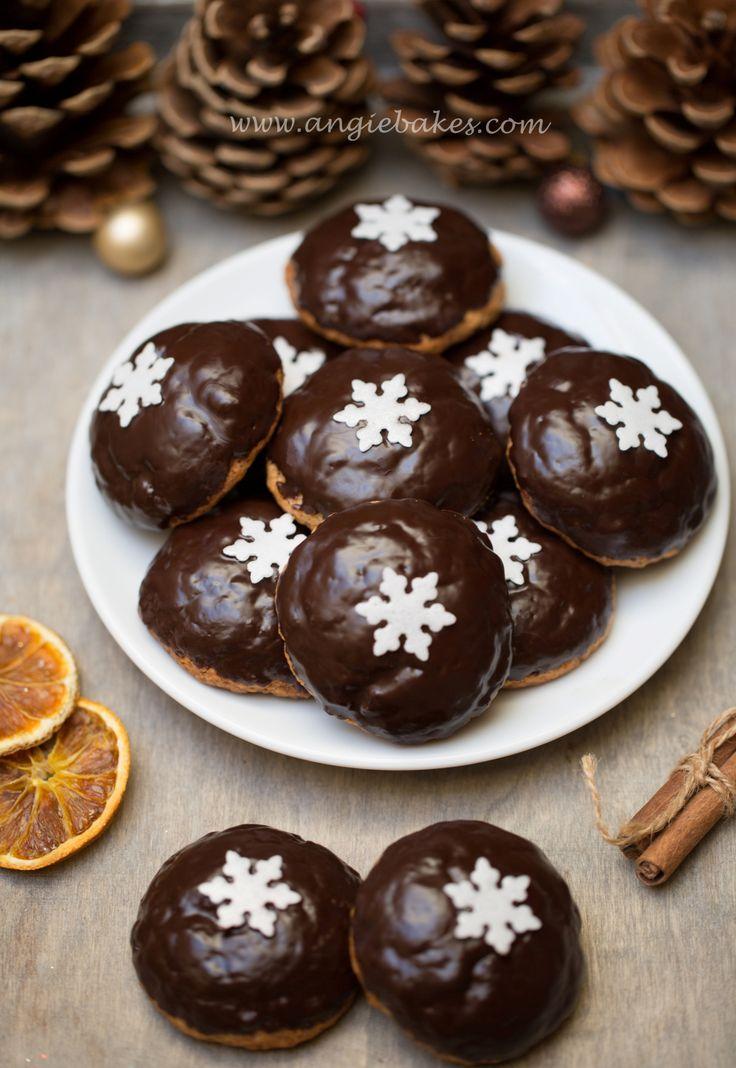 Kombinácia pomaranč-čokoláda u mňa na Vianoce nemôže chýbať. Takéto perníčky som už raz robila, ale vtedy som ich namočila do bielkovej polevy, teraz som zvolila čokoládu a nielenže sú na pohľad kr…