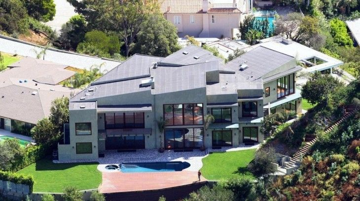 How beautiful this house is! This one is Rihanna's house and its price is $7 Million.