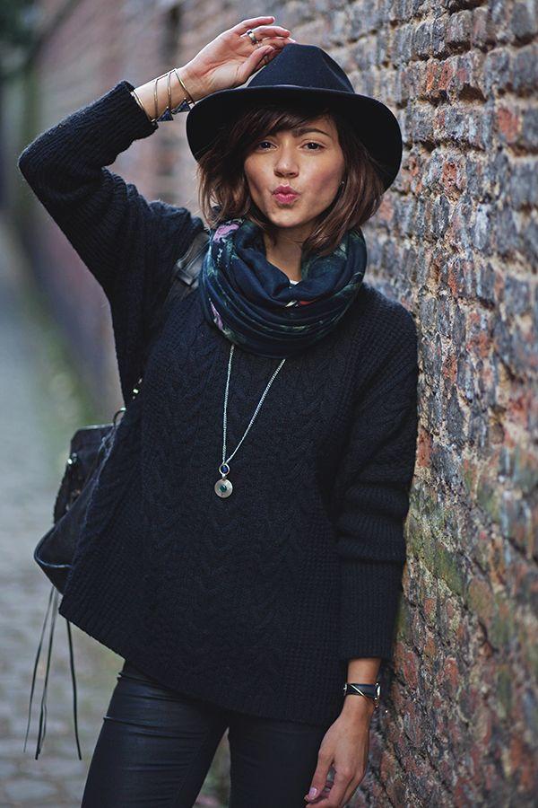 {Automnal} Ce chapeau, ce foulard et ces accessoires, rendent ce pull noire banal en une tenue élégante tout en restant très confortable.