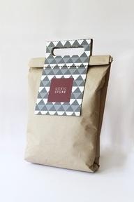 Bolsa de papel madera con manija.