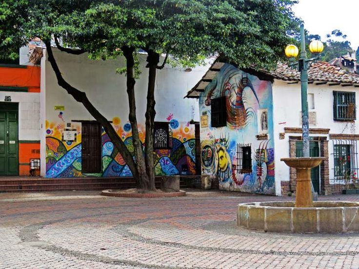 3. Las casas que rodean El Chorro son un lienzo para los artistas de murales