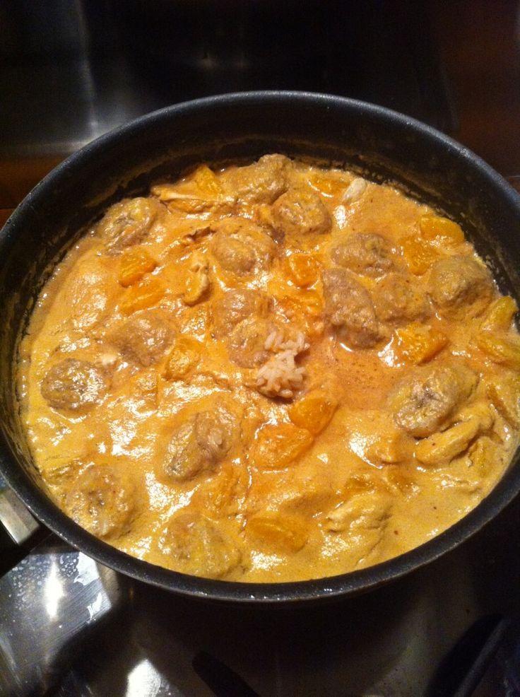 3 blancs poulet, 2 bananes, 1 clémentine, 50cl bouillon poule, 200ml lait de coco, riz pr 2 pers, huile de sésame, beurre 1/2-sel, curry, piment d'Espelette. Couper viande + mettre à dorer avec huile + beurre. Quand doré, retirer de poêle. Garder beurre + huile, saupoudrer curry + piment. Faire dorer bananes morceaux. Ajouter bouillon (50cl eau + 1/2 cube) + lait coco. A ébullition, mettre riz + clémentine morceaux. Après 5mn, remettre viande pour finir cuisson pendant5mn. Eteindre feu…