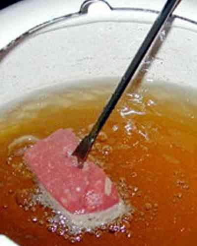 L'autre jour, nous recevions des amis à manger, le temps était encore un peu frais, et l'idée de la fondue m'a traversée l'esprit. Oui mais ...