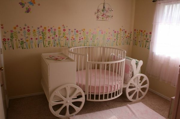 un lit carrosse de bébé