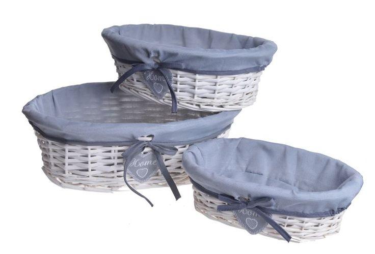 Koszyki wiklinowe owalne 3 szt od najmniejszego do największego. Koszyki wewnątrz wyściełane tkaniną w kolorze szarym. Wiklina w kolorze białym. Koszyczki posiadają wiszące serduszka z tkaniny oraz kokardkę. Idealny komplet do przechowywania w domu. Cena dotyczy kompletu 3 szt.