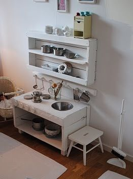 Homemade: Kitchen for children - using pallets and other recycled/dollar store items. Original pinner sez: kinderkeuken home made