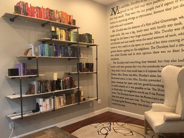 Мередит Маккардл, известная писательница, необычно украсила стену своего дома. Она нанесла на поверхность стены текст первой страницы книги «Гарри Поттер и философский камень».
