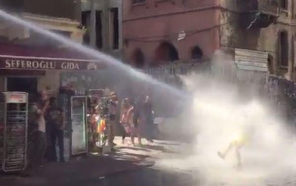 Гей-прайд в Стамбуле разогнали у площади Таксим при помощи водометов и резиновых пуль http://tvrain.ru/news/gej_prajd_v_stambule_razognali_pri_pomoschi_vodome-390129/…