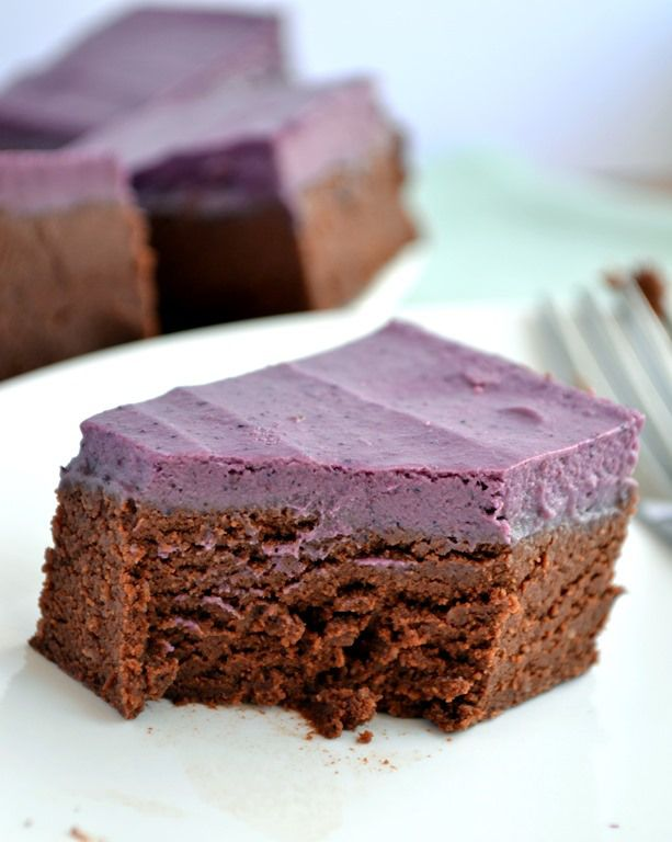 Raw Berry Cream Brownies- These have the texture of a fudgy, cooked brownie! #coconutandberries