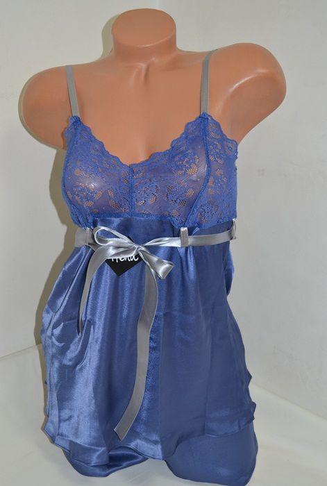 Сатена пижама от две части в син цвят. Горната част е потник със сиви презрамки, нежна синя дантела на бюста и сива  панделка, завързваща се отпред. Долната част  е широки къси панталонки с ластик  в синьо.