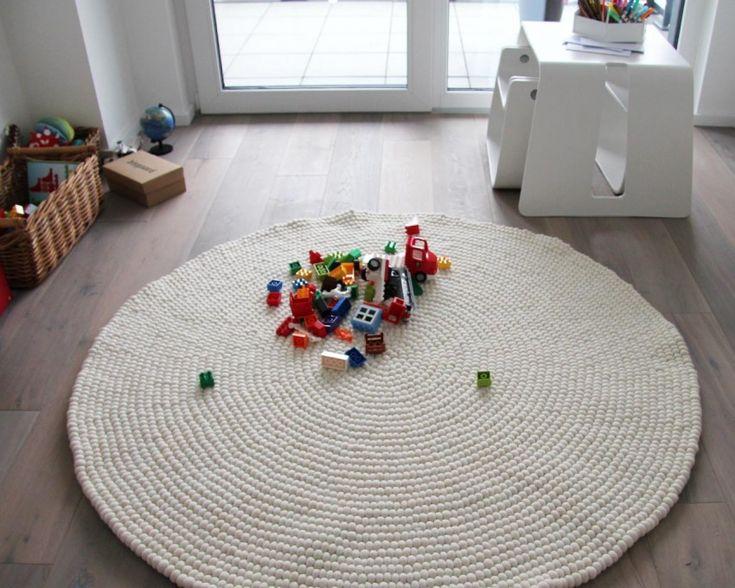 ウール100%で丁寧に職人たちが作るフェルトボールは、肌触りが良く、大人にも子どもにもリラックスできる空間を作ります。ここがプレイスペースというメリハリをつけるのにも良いかも。これは、フェルトボールラグの中でも、人気の白一色「シリシャ」。¥18,303から。 http://www.sukhi.jp/round-shirisha-felt-ball-rug.html #インテリア #エシカルインテリア #エシカル #インテリアデザイン #インテリアコーディネイト #フェアトレード  #ラグ #カーペット  #ソファ