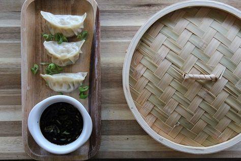 Dumplings zijn een typisch Chinees gerecht. Net als ons Hollandse brood wordt het als ontbijt, snack of als bijgerecht bij het avondeten gegeten. Dumplings zijn niet alleen leuk, ze zijn ook heel makkelijk om te maken. Het enige wat je nodig hebt zijn deegvellen, vulling naar keuze en een stoommandje! Dumplings zijn kleine halve maantjes …