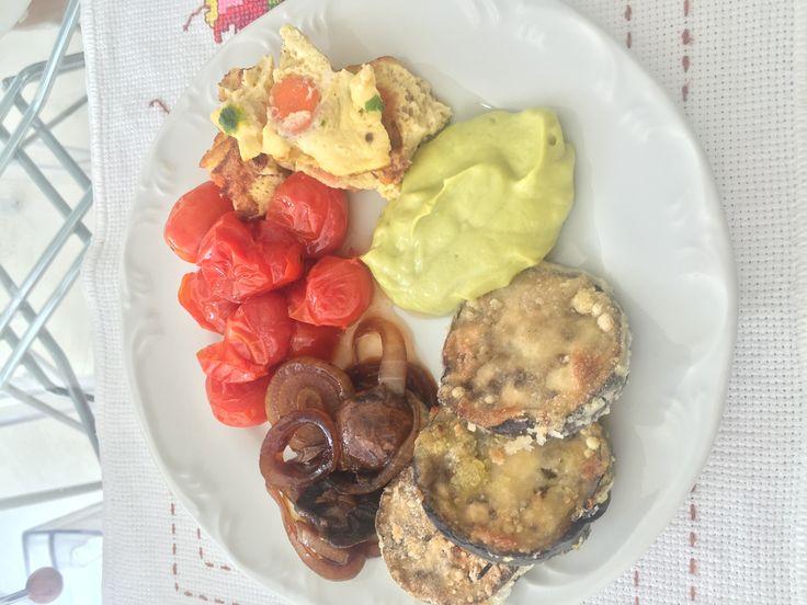 Tomate cereja+ omelete de cenoura + maionese de abacate + beringela empanada + cogumelos em molho shoyo organico