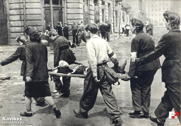 1944 , Sanitariuszki z odziałów Śródmieścia transportują cieżko rannego do szpitala polowego.