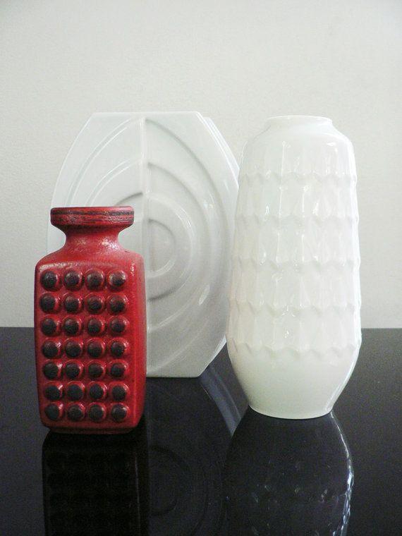 Jahrgang 1970 mid-Century modern Op Art weiße Porzellan dekorative Vase von deutschen Porzellanmanufaktur Hutschenreuther Germany. Diese schöne Zylinder Form Vase hat einen weiße Glasur und eine Grafik strukturierte geometrische Muster rundum. auf der Unterseite gestempelt: