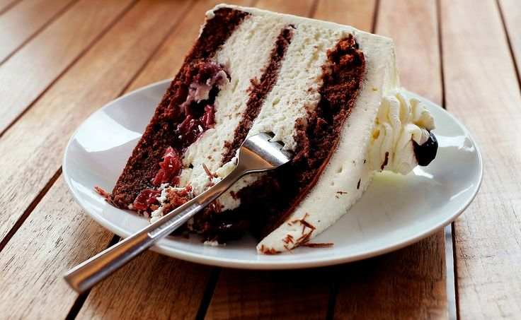 torta cioccolato amarene Ricetta per #torta al #cioccolato golosa con #panna ! presa dal sito ricettedigusto.info #dessert #cake #dolci