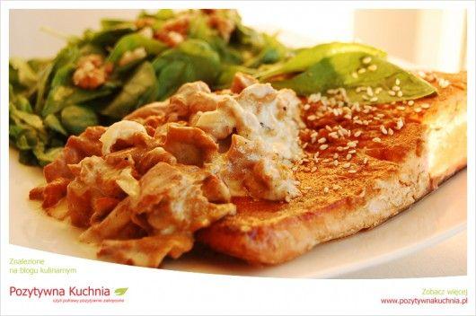 Łosoś w kurkach na szpinaku - #przepis na #obiad  http://pozytywnakuchnia.pl/losos-w-kurkach-na-szpinaku/  #losos #kurki #grzyby #szpinak #kuchnia