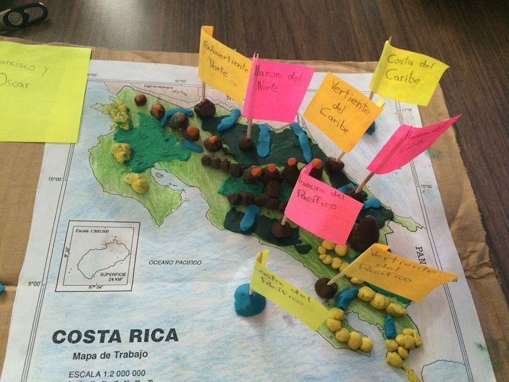Maqueta de relieve de Costa Rica: volcanes (café con anaranjado) cordilleras (café), sistema montañoso secundario (amarillo), valles (verde oscuro), llanuras (verde claro), 3 ríos de cada vertiente y subvertiente, nombre a las costas.