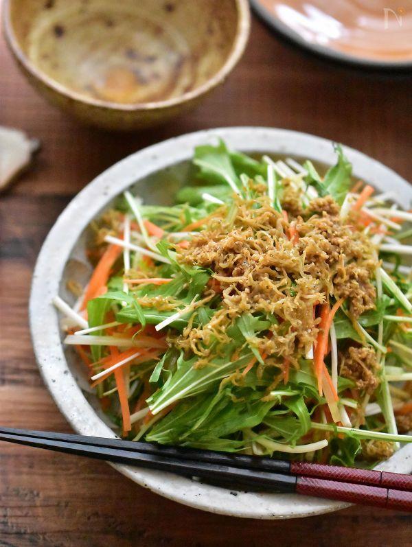 『野菜が食べたい!』そんな時に、年中食べちゃうのがこのサラダ。  晩酌のお供にはラー油をかけてピリッと美味♡  年中手に入りやすい水菜やじゃこに、しの香りがふわっと香ります。