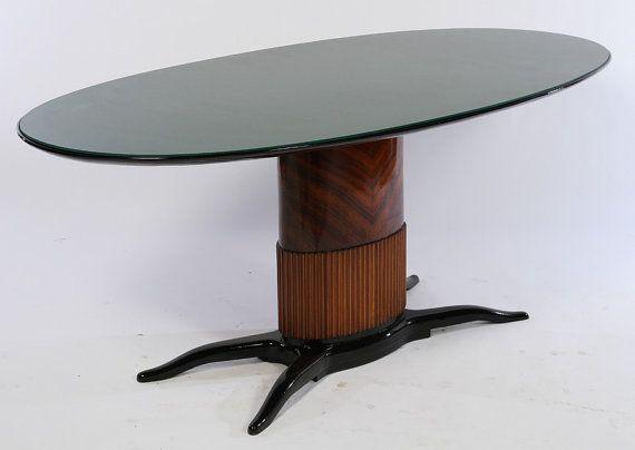 Table à manger style Oswaldo Borsani ayant dessus ovale en verre vert appuyée sur un piédestal oval avec placage exotique vers 1960.