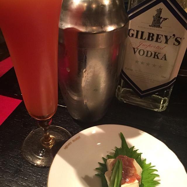 クリームチーズへ酒盗をかけただけです(^.^)簡単美味しいおつまみ。飲み物はピンクグレープフルーツへ適量のウォッカを氷を入れたタンブラーてシェイクします。氷が砕けて美味しいです(^.^) - 33件のもぐもぐ - クリームチーズの酒盗がけ&ピンクグレープフルーツカクテル by kenjioguraOGy