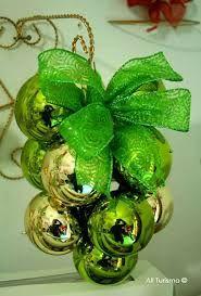Resultado de imagen para como hacer un ramillete de uvas con bolas navideñas