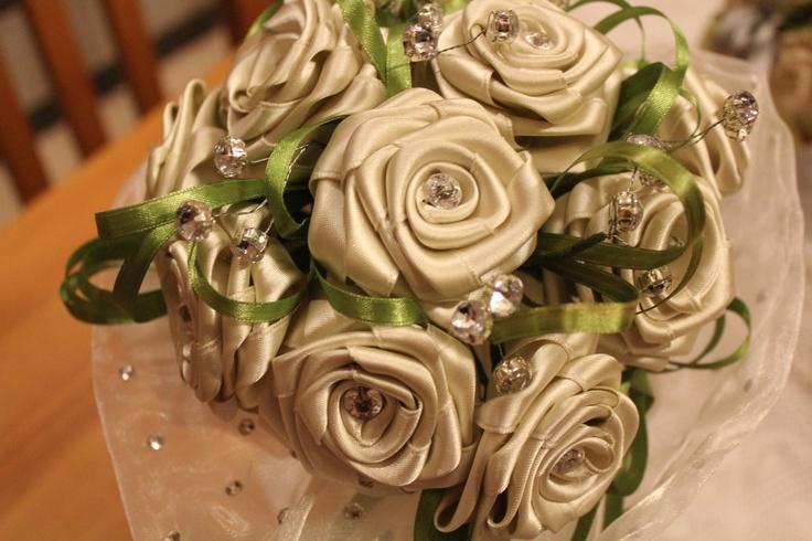 bouquet per sposa con rose di raso...