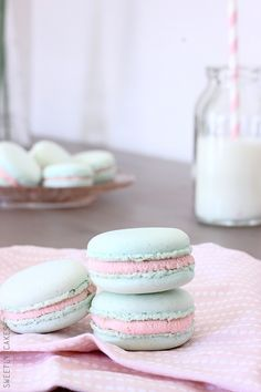 Macarons chocolat blanc & confiture de fraise: Sweet macarons with white chocolate ganache and strawberry jam inside (in French)