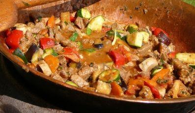 Richpoi Hírek: Recept tippek: Különleges zöldséges ragu bográcsban