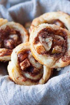 Apfel-Zimtschnecken aus Blätterteig. Dieses 5-Zutaten Rezept ist schnell vorbereitet und vollgepackt mit dicken Apfelstücken und blubbernder Zimtzuckerfüllung - kochkarussell.com