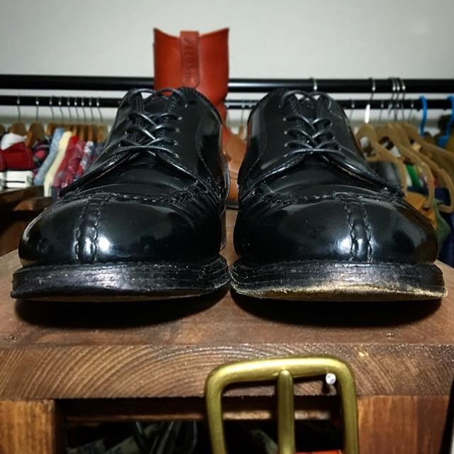 2016/11/12 16:11:45 gt_motti750four #トゥの補色  先日オールデン履いた時、 トゥのソールの色抜け目立つなぁ〜 って気づきました。 つま先をちょっとでも上げると、 擦れたレザーソールの茶色い革が、チラッ。笑 靴自体は黒く輝いていても、 靴底のカサカサレザーが…チラッ。笑 さすがにこれではカッコ悪いので、応急処置。 すなわち、#マイネームペンで補色!!笑 向かって左は処置後、右は未処置。 改めてこうして見ると、 つま先がはげて茶色いのがどれだけダサいか、逆に、先まできちんと黒々しているのがどれだけ精悍さを漂わすのか、が伝わると思います。 そのうちラバー貼らなきゃマズイのかなー #応急処置 #for#オールデン #by#マイネームペン #BeforeAfter #レザーソール #トゥ#つま先 #マイネームでひたすらぬりぬり #ALDEN #norwegianfront #cordvan #shellcordovan