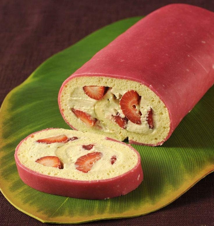 Si vous aimez le fraisier, voici une manière originale de le présenter en gâteau roulé, tout en conservant les parfums de ce dessert classique.