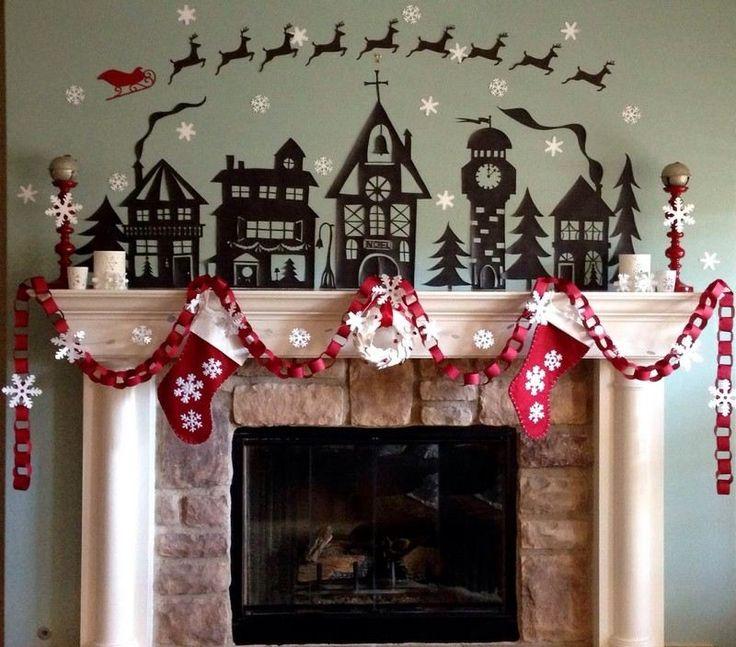 guirlande de Noël en papier - chaîne en papier rouge, flocons de neige en papier blanc et chaussettes de Noël qui ornent le manteau de cheminée