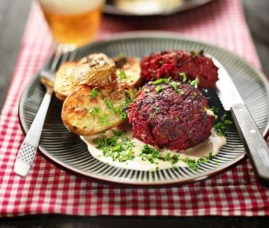 Ett ljuvligt recept på färggranna biffar av kalvfärs, rödbetor, ströbröd, dijonsenap och vitlök. Till de imponerande biffarna serveras ugnstekt klyftpotatis (med smak av timjan), krämig sås och hackad persilja. Mums!