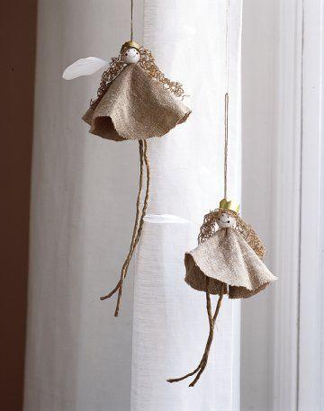 Sujets de Noël en forme d'anges en lin et bouts de ficelle avec couronnes dorées