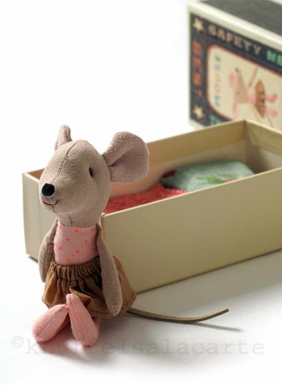 Hey, cek kotaknya tuh keren. Ala kotak korek api :D  Knuffels à la carte blog: Cuteness in a box!