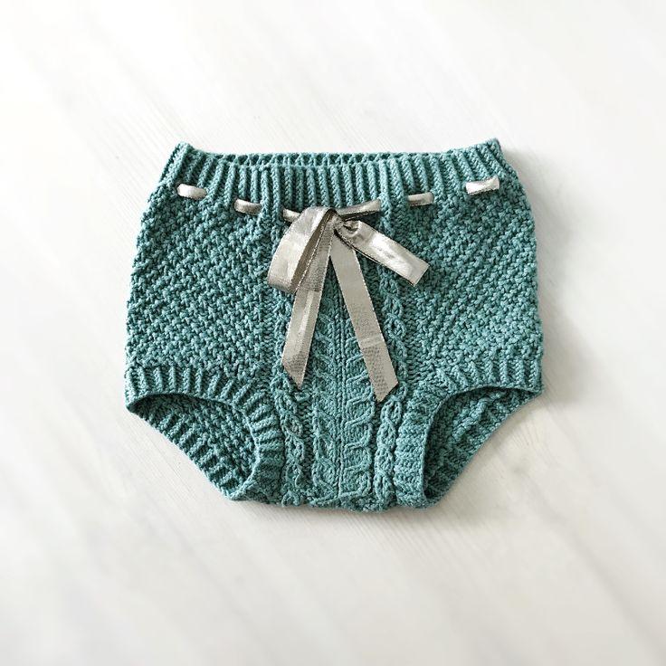 En søt liten shorts som passer like godt på små gutter som til jenter. Finnes nå i flere størrelser.