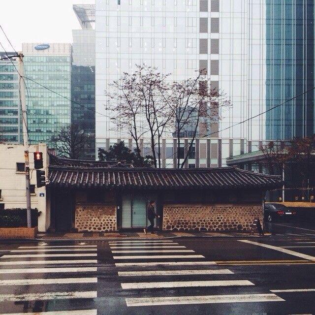 hstranger_ / Cross #vscocam #종로 #jongno . / 서울 종로 종로 / #골목 #거리 #집 / 2014 01 25 /