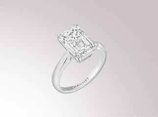 Solitaire Classique en platine, sertie d'un diamant central taille émeraude