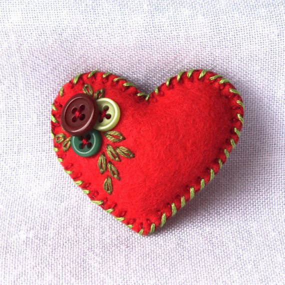 Tiny heart brooch  felt and buttons  hand por BeadedGardenUK
