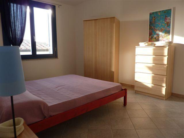 На первом этаже: кухня-гостиная, 1 комната с 1 двуспальной кроватью, 1 ванная комната с душем. В цокольном этаже: 1 комната с 1 двуспальной кроватью, 1 комната с 1 двухъярусная кровать, 1 дополнительная кровать в ящик, 1 ванная комната с душем, всего 8 спальных мест, крытая веранда, лоджия, сад около 200 кв.м с барбекю, печь для пиццы и Душ на открытом воздухе.