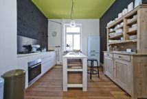 Elemente verschiedener Stilrichtungen vereinen sich zu einem spannenden Mix. Einbauküche von Varenna, Standkühlschrank von Smeg.